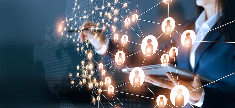 Una mujer de negocios hace redes y contacta personas